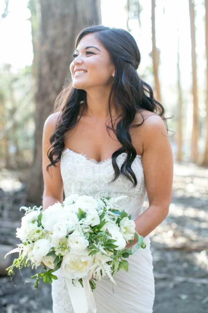 Jolie coiffure mariage pour cheveux bouclés coiffure mariage boucles bouquet de fleurs blanc mariée robe bustier