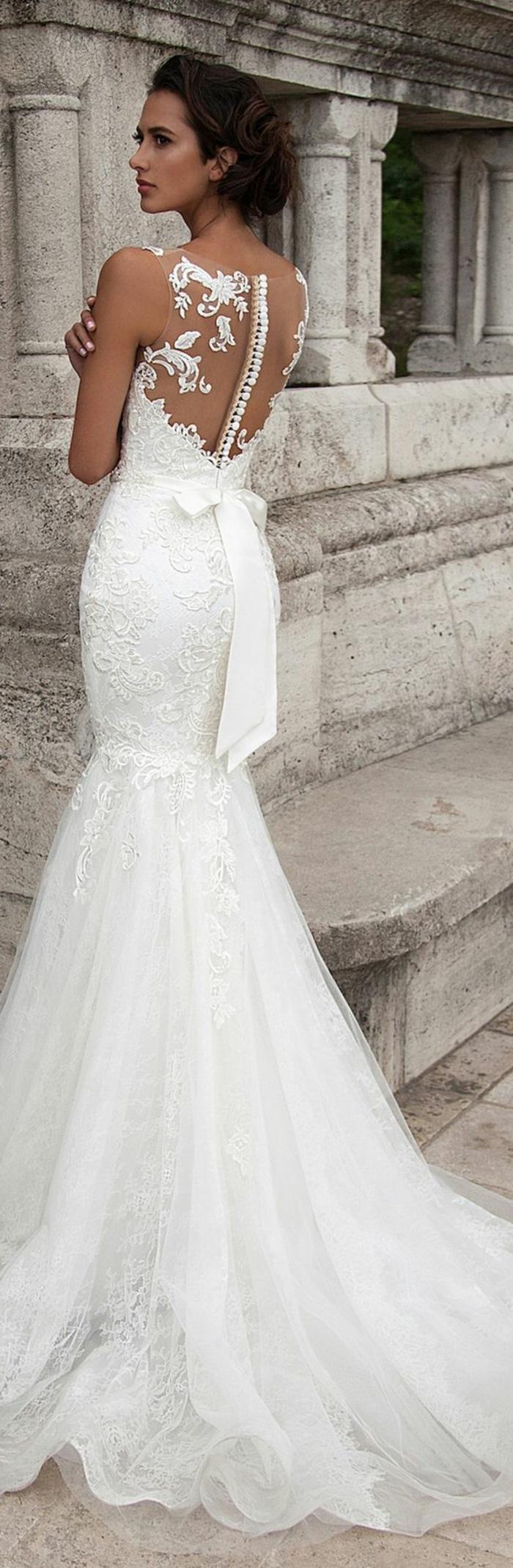 robe mariage civil en blanc, avec dos transparent et des boutons blancs, grand nœud papillon su la taille derrière, robe moulante qui se termine par une partie large en tulle blanc