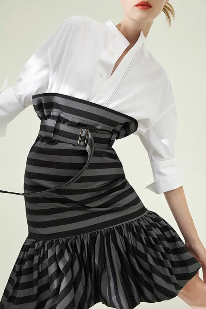 tenue de mariage femme avec chemisette blanche et jupe taille haute aux rayures noires et grises, avec ceinture large et volant aux ourlets avec des rayures verticales