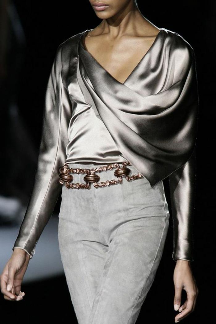 tenue de mariage femme avec blouse satinée aux manches longues, en couleur argent et pantalon en velours gris clair, avec ceinture en métal couleur bronze
