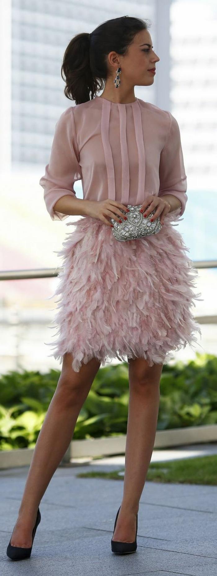 robe de soirée pas cher en rose poudré, jupe avec des plumes et blouse semi-transparente, avec des manches 3/4, pochette micro en strass blanc, escarpins noirs avec des talons aiguilles