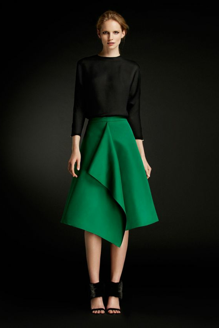 tenue pour mariage invitée en vert et noir, jupe asymétrique verte avec taille haute, longueur sous les genoux, blouse noire avec des manches longues 3/4, chaussures noires sandales