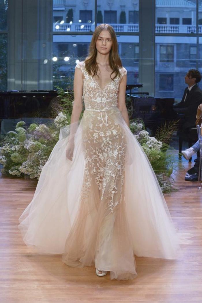 robe pour mariage en couleur ivoire, richement ornée avec de la dentelle sur toute la longueur de la robe et sur les épaules, avec traîne en tulle ivoire