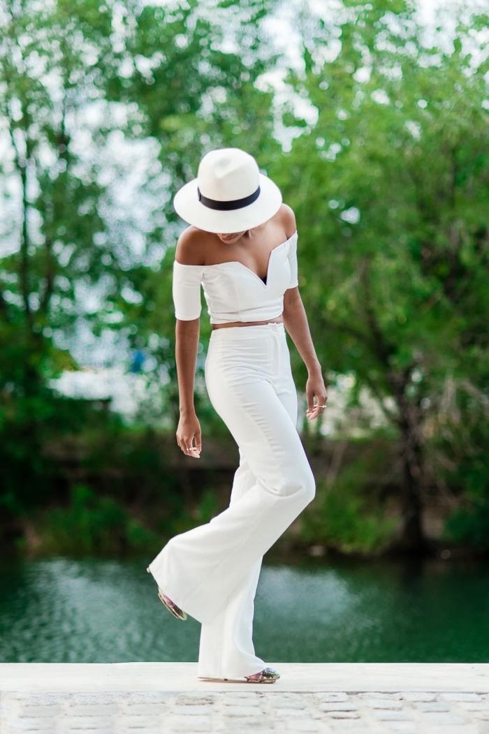 tailleur pantalon femme mariage, costume femme en pantalon blanc et top crop blanc au décolleté en V