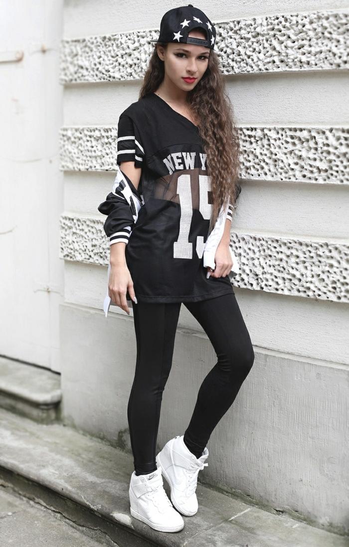 tenue de sport femme swag, casquette tendance, t-shirt oversize, chaussures de sport