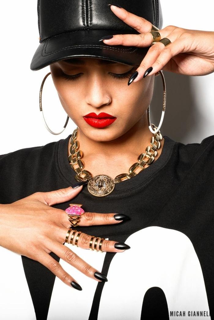 tenue de sport femme swag, collier chaîne, casquette en cuir, boucles d'oreille oversize