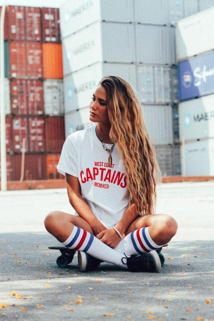tenue de sport femme swag, chaussettes longues, t-shirt blanc avec estampe script rouge