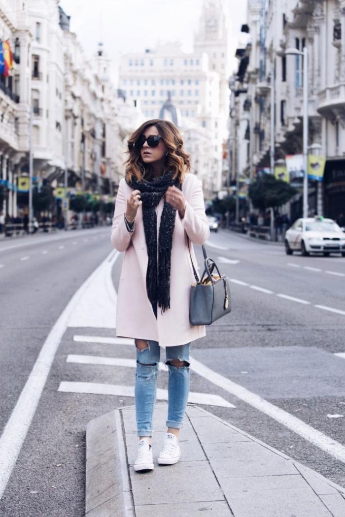 vetement femme, comment combiner le manteau long rose pastel avec paire de jeans déchirés et baskets blancs