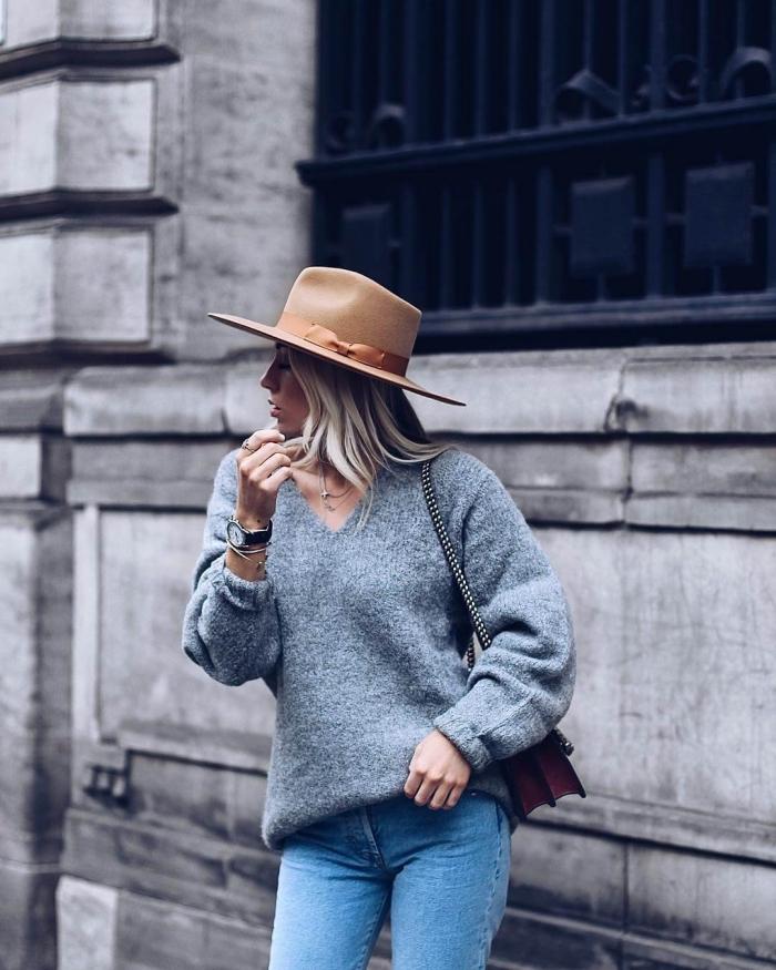 comment s habiller, modèle de pull avec décolleté en V combiné avec paire de jeans clairs et accessoires marron