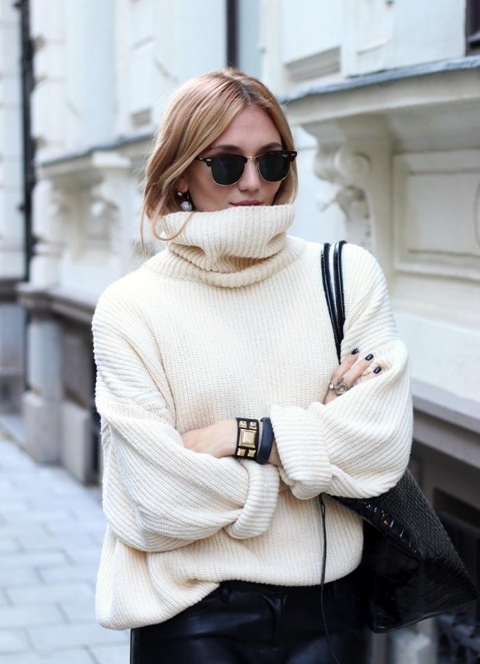 femme bien habillée, modèle de pull over à col enroulé blanc combiné avec jupe en cuir noir