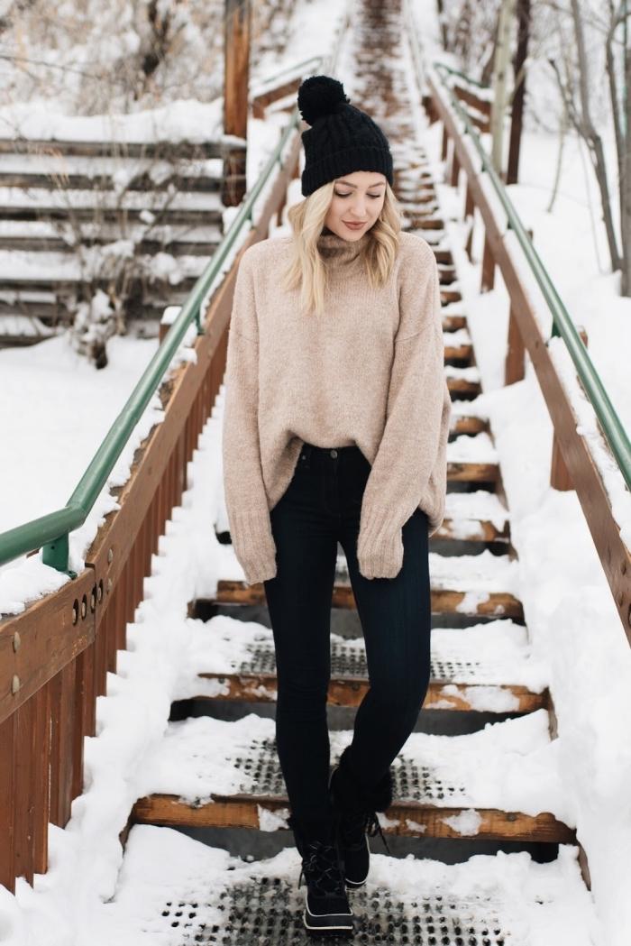 idee pour s habiller, look casual avec pull loose en beige et pantalon slim noir, coiffure de cheveux bouclés et blonds