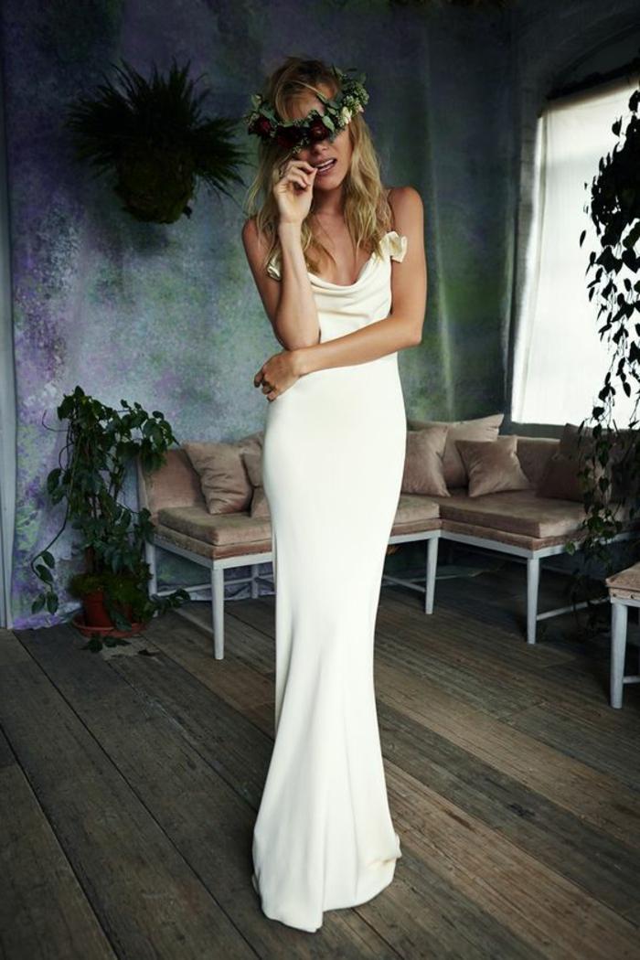 tenue de mariage femme silhouette en blanc, robe avec des bretelles fines, mariage de la journée, des roses en tissu blanc décoratives sur les bretelles