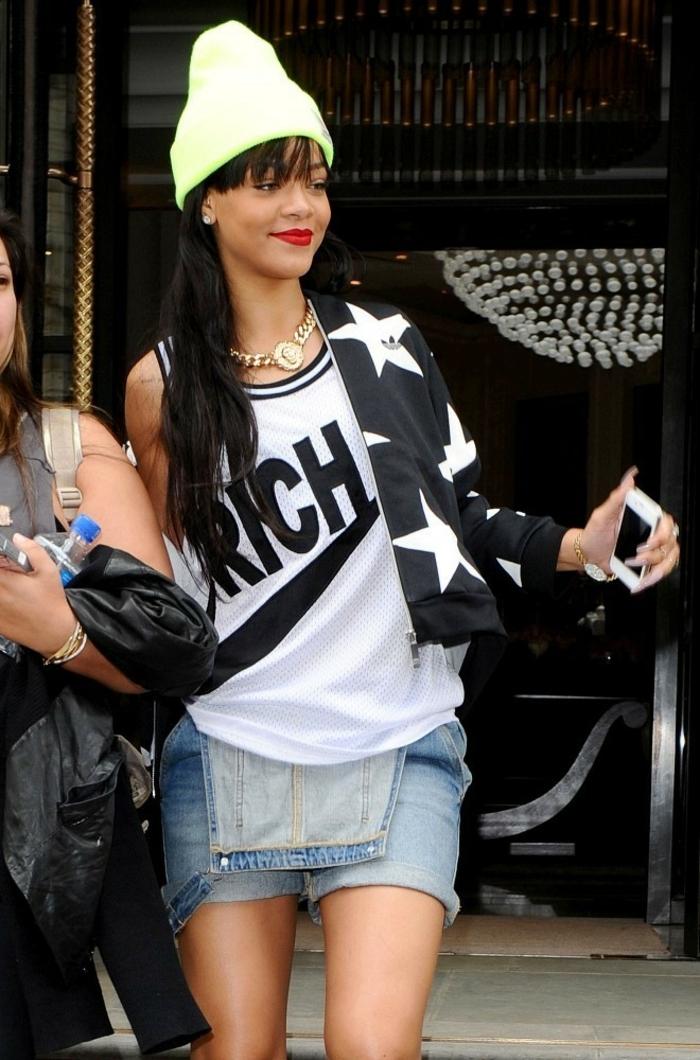 tenue swagg, outfit de star, Rihanna avec un bonnet blanc, une salopette en jeans