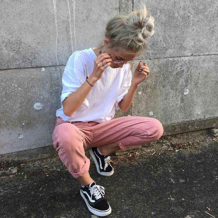 tenue swagg, bun messy, cheveux longs, t-shirt blanc, pantalon rose, chaussures de sport noires