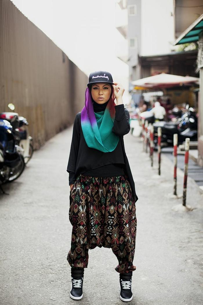 tenue swagg, hijab en couleurs vives, casquette swag, pantalons fluides style oriental