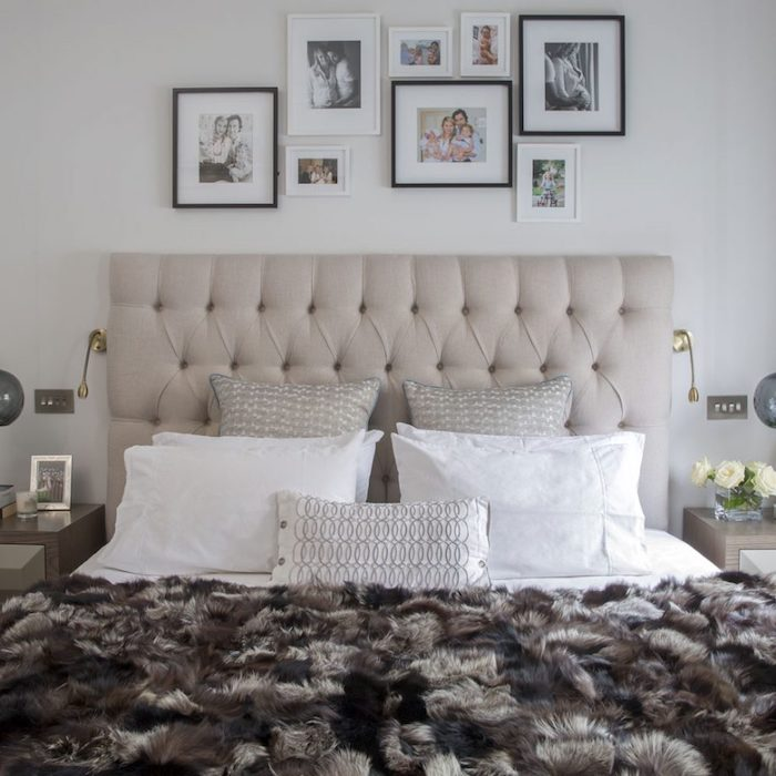 aménagement chambre à coucher avec tête de lit gris clair, coussins gris et blanc, couverture de lit marron et gris, deco murale de cadres photos