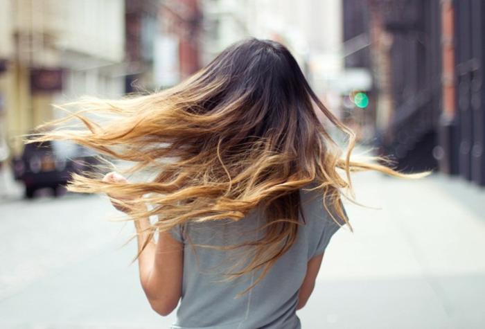 tie and dye brune, cheveux longs bicolores, longueurs des cheveux blondes