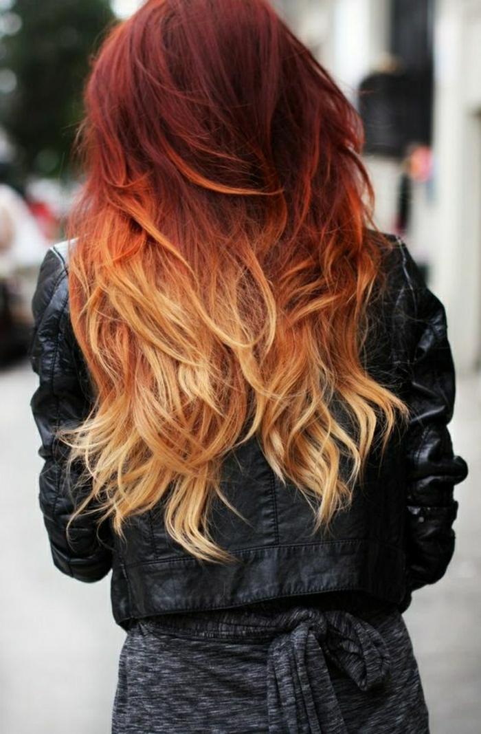 tie and dye blond, cheveux acajou, veste en cuir noire, cheveux loose