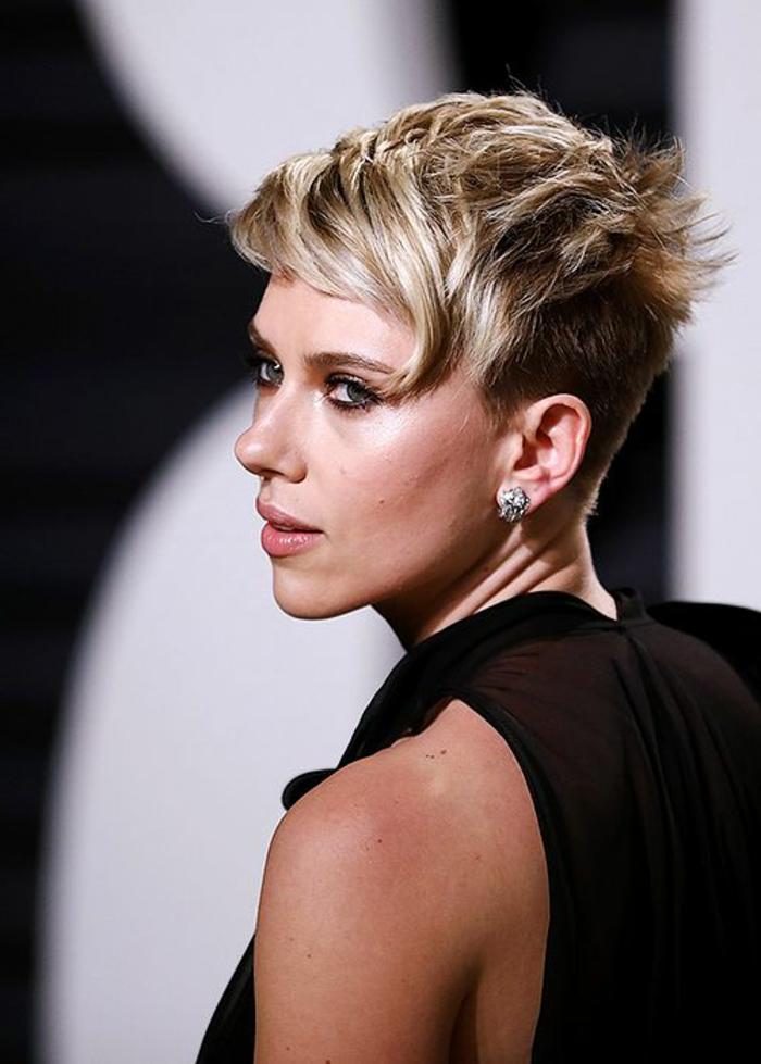 tie and dye cheveux blond, les extrémités de la franges éclaircies, coupe courte