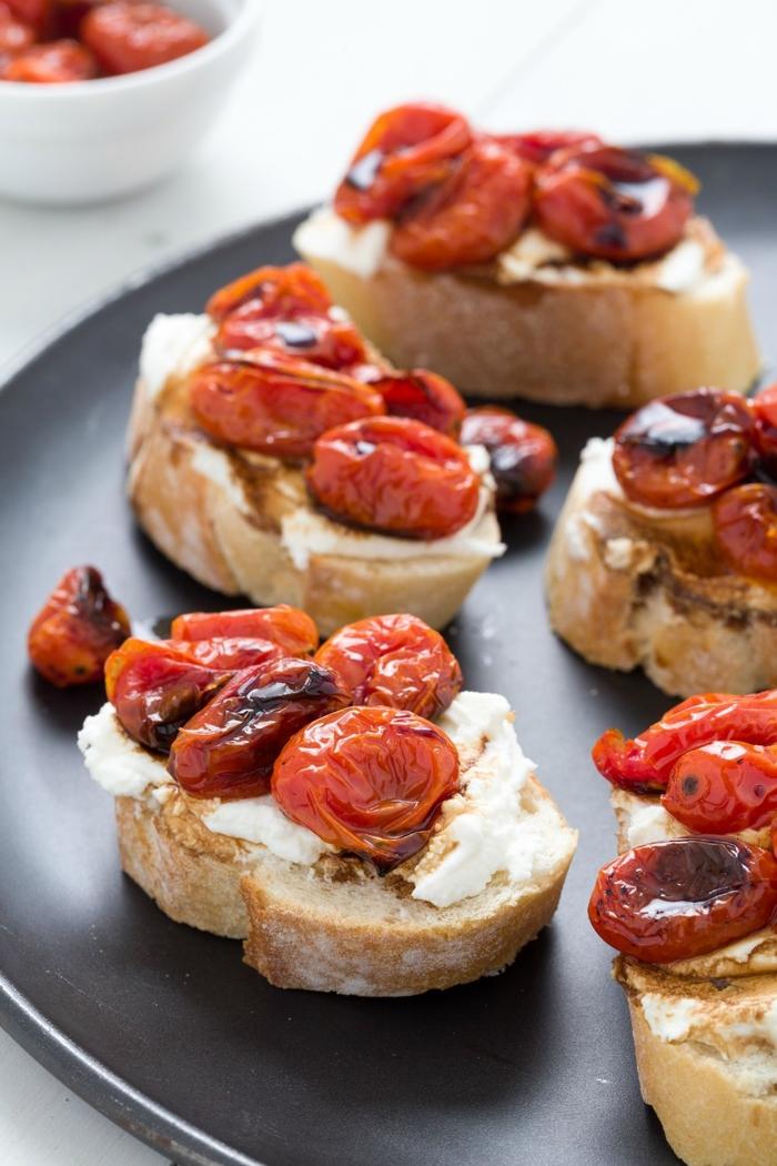 préparez un apéro dinatoire croustillant aux saveurs variées de tartines au fromage, tartines croustillantes à la ricotta et aux tomates cerises grillées