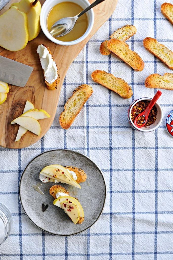 préparez un apéro dinatoire croustillant aux saveurs variées de tartines au fromage, tartines croustillantes à la ricotta et aux poires