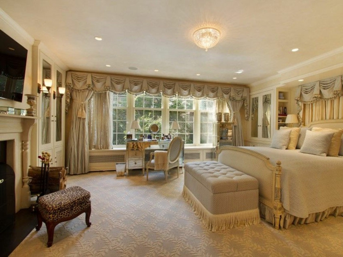 chambre traditionnelle, papier peint géométrique, fenetre française, table commode coiffeuse