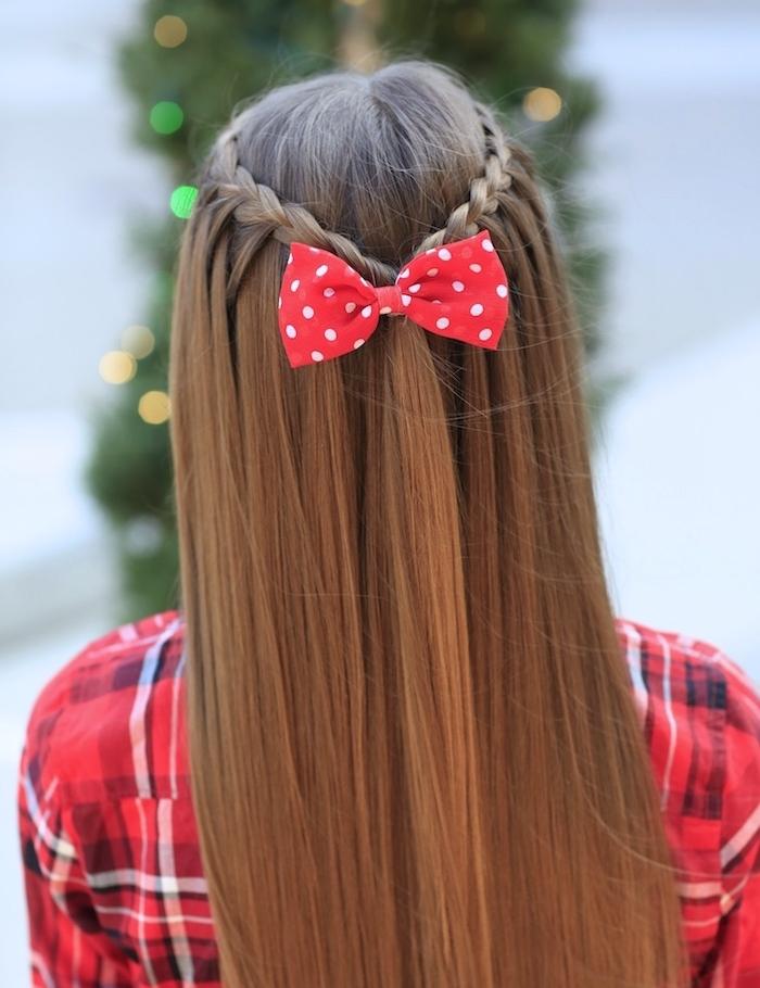 coiffure ado fille, cheveux lisses avec tresses réunies derrière avec un ruban rouge et blanc, chemise rouge, blanc et noir