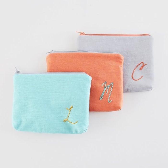 trousse cosmétique monogramée en bleu, orange et gris, cadeau a faire soi meme, cadeau de noel pour ado de 15 ans fille