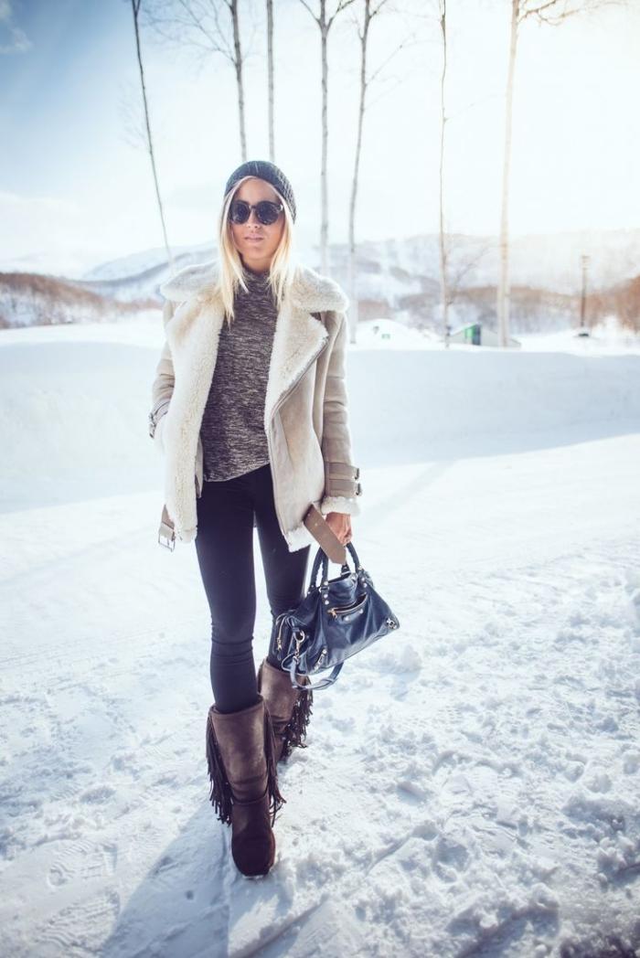 comment s habiller en hiver, modèle de manteau blanc porté avec pull à col enroulé gris et pantalon slim noir