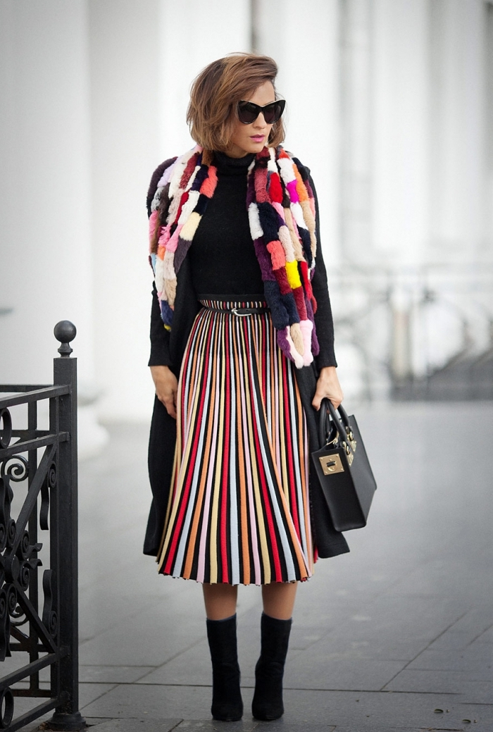 comment s'habiller en couleur femme, modèle de jupe longue à design rayée combiné avec pull noir