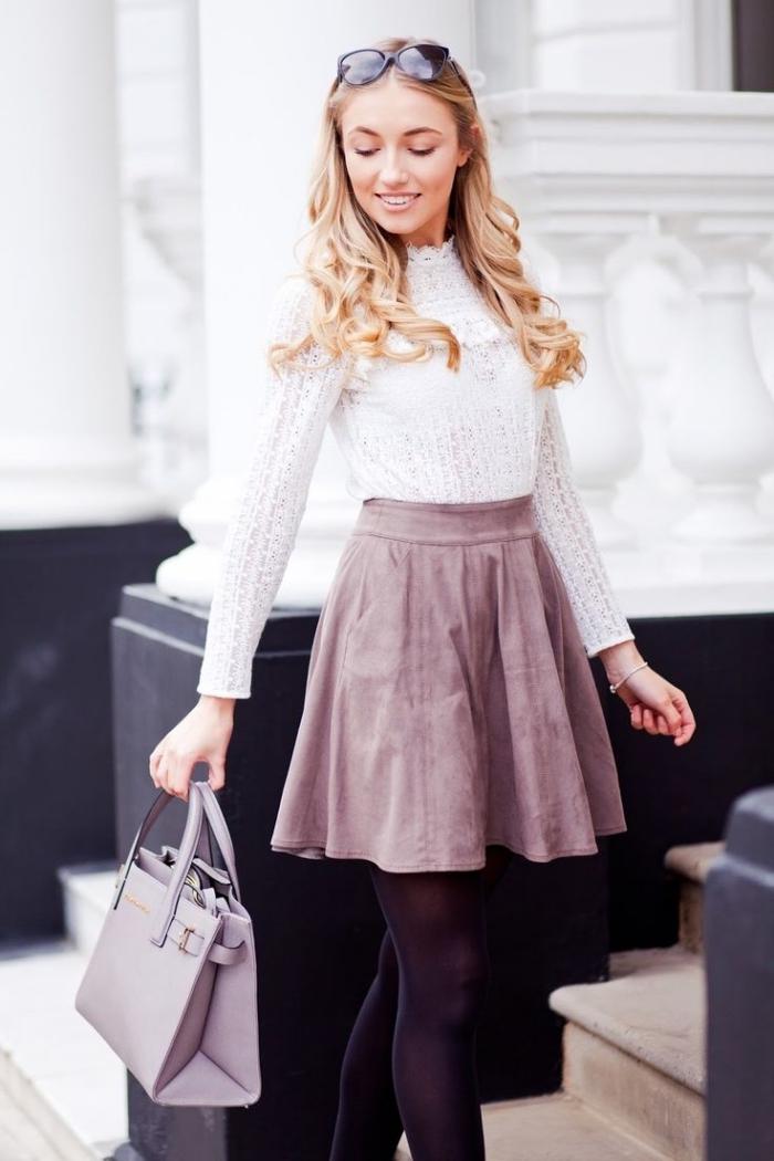 comment s habiller en hiver, modèle de blouse blanche à design dentelle portée avec jupe en velours rose poudré