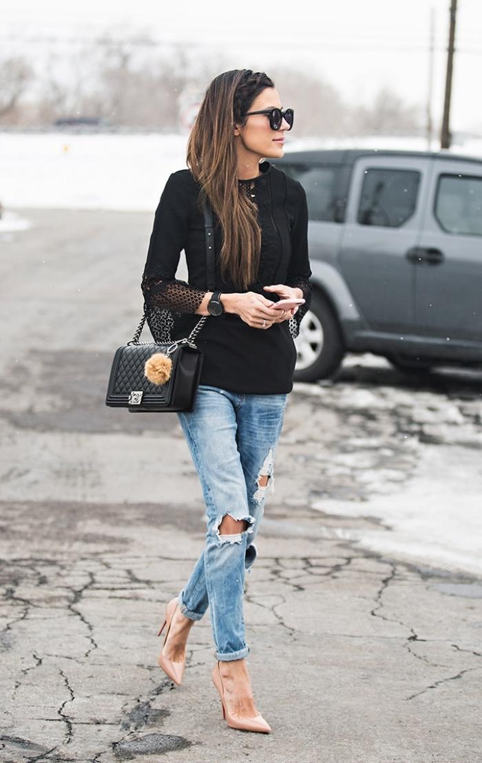 femme bien habillée, look stylé pour travail avec paire de jeans déchirés et chemise élégante noire