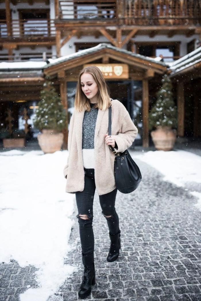 idee pour s habiller, modèle de pull gris et blanc combiné avec pantalon noir déchiré et manteau beige