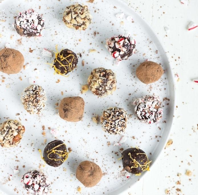 truffes au chocolat avec nappage de noix de coco râpé, zeste d orange, bonbons, cacao et divers types de noix