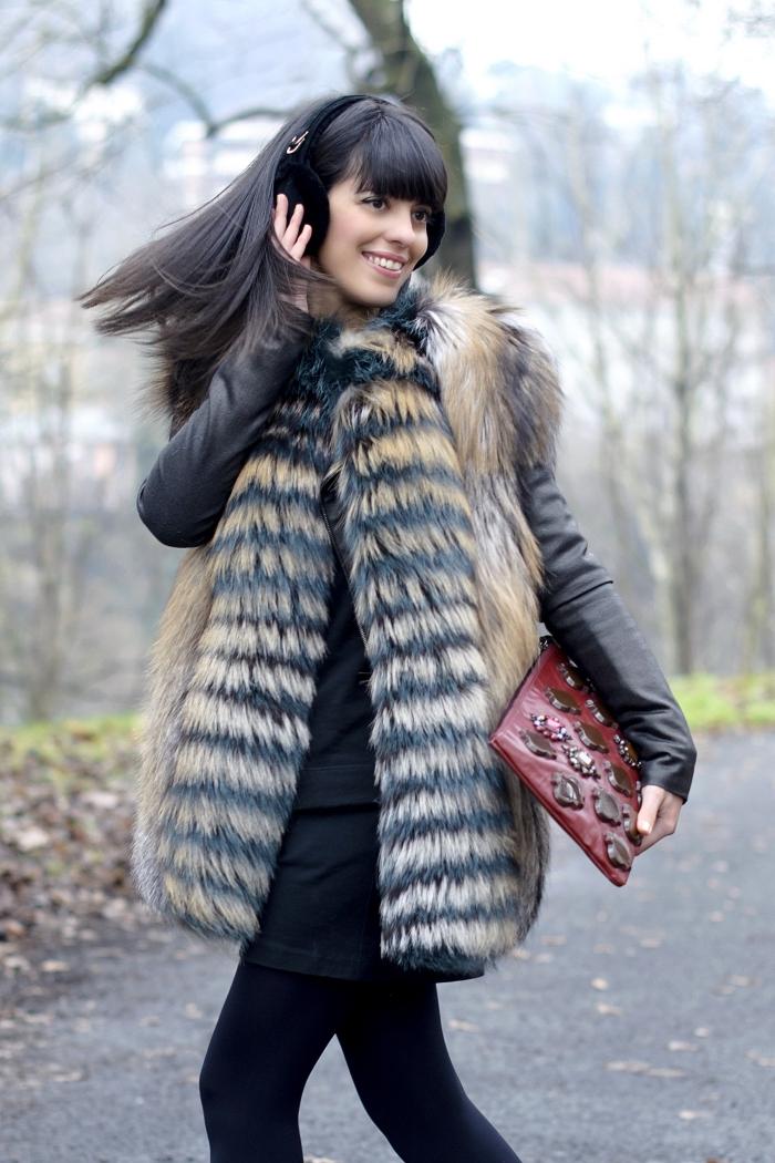 idee pour s habiller, layering en tunique noire avec veste en cuir et manteau faux fur beig, coupe de cheveux longs avec frange