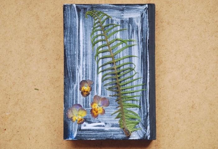 une idée activité manuelle sur thème herbier pour personnaliser un carnet de croquis ou un journal d'art avec des fleurs et feuilles pressées