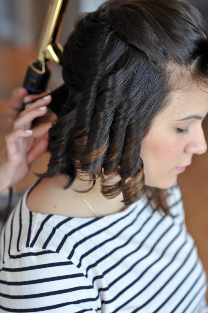 comment réaliser de jolies boucles rétro à l'aide d'un fer à boucler et les façonner comme une coiffure annee 50