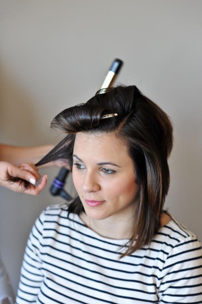 une jolie coiffure vintage cheveux mi-longs à boucles bien dessinées réalisée au fer à bouclées