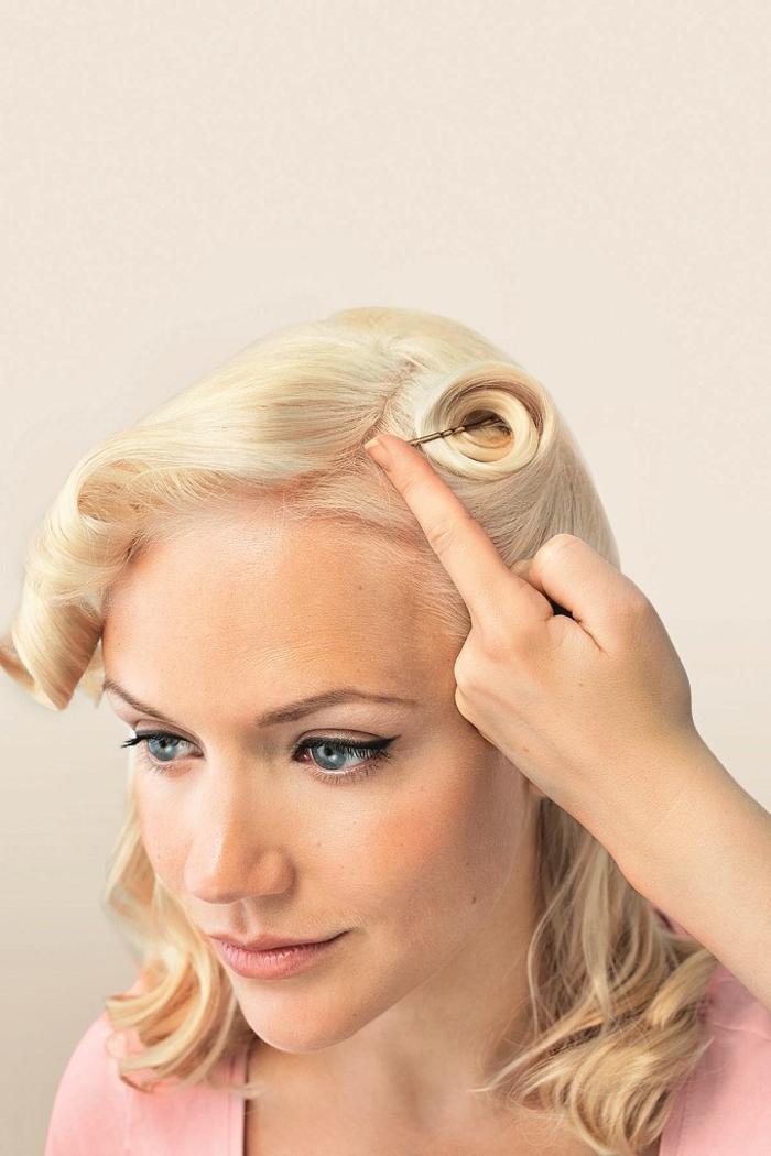 tuto pour réaliser une coiffure pin up rapide et facile avec des mèches torsadées et relevées sur le devant