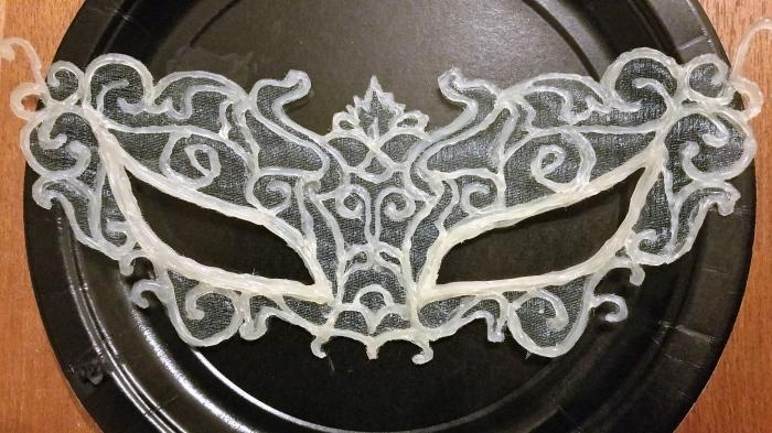 modèle de masque de carnaval diy fabriqué de colle chaude, masque de fête aux design tissu et motifs volutes
