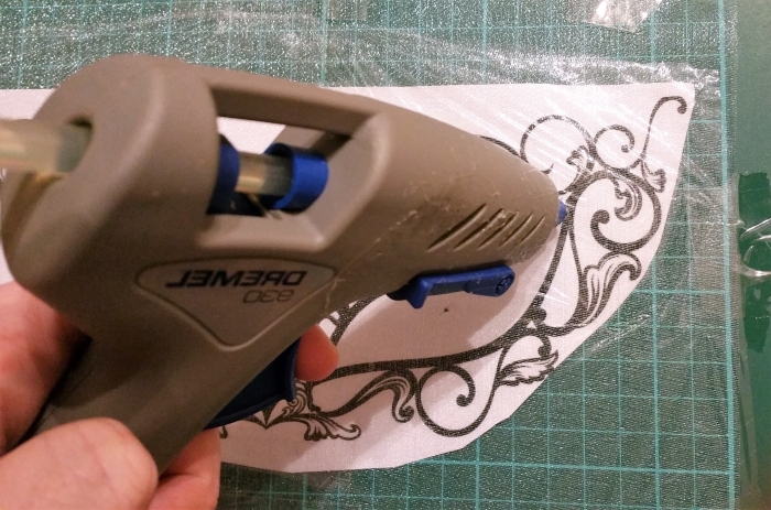 comment utiliser le pistolet à colle chaude pour faire un masque de carnaval, patron de masque de carnaval imprimé