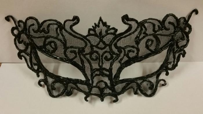 idée activité manuelle, comment réaliser un masque de carnaval avec pistolet à colle chaude et peinture en aérosol