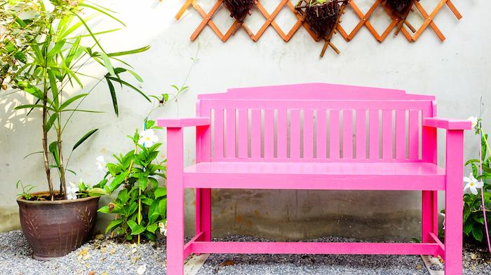 comment customiser un meuble, exemple de relooking meuble avec de la peinture rose, jardin avec gravier et plantes vertes