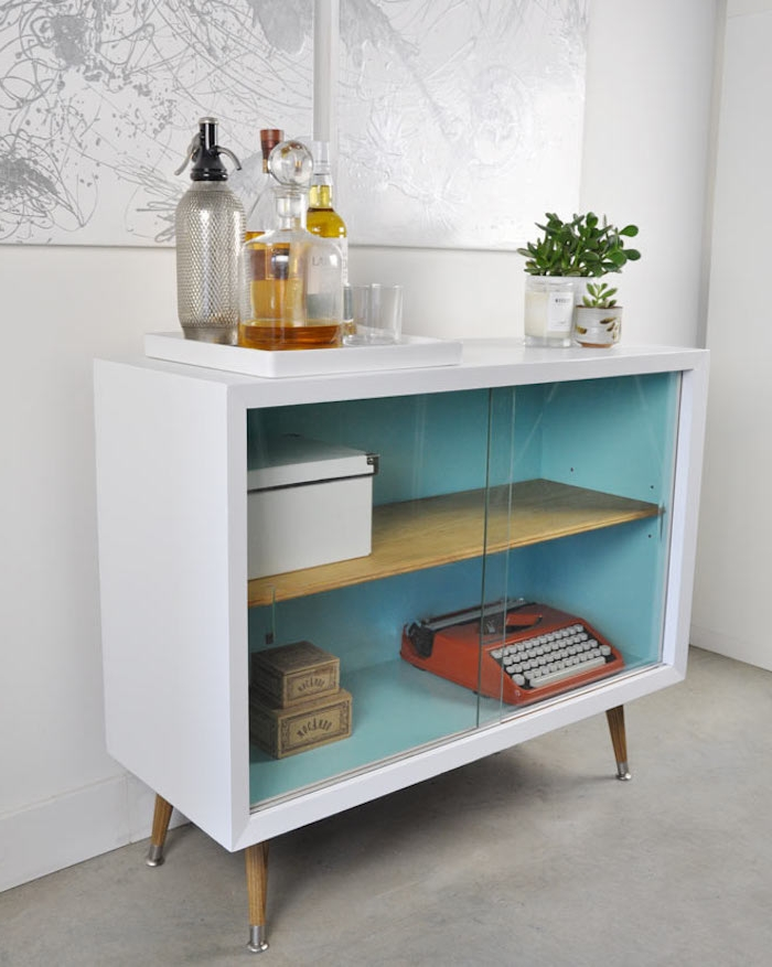 meuble ancien relooké exterieur repeint en blanc et interieur repeint en bleu, rangement accessoires deco vintage