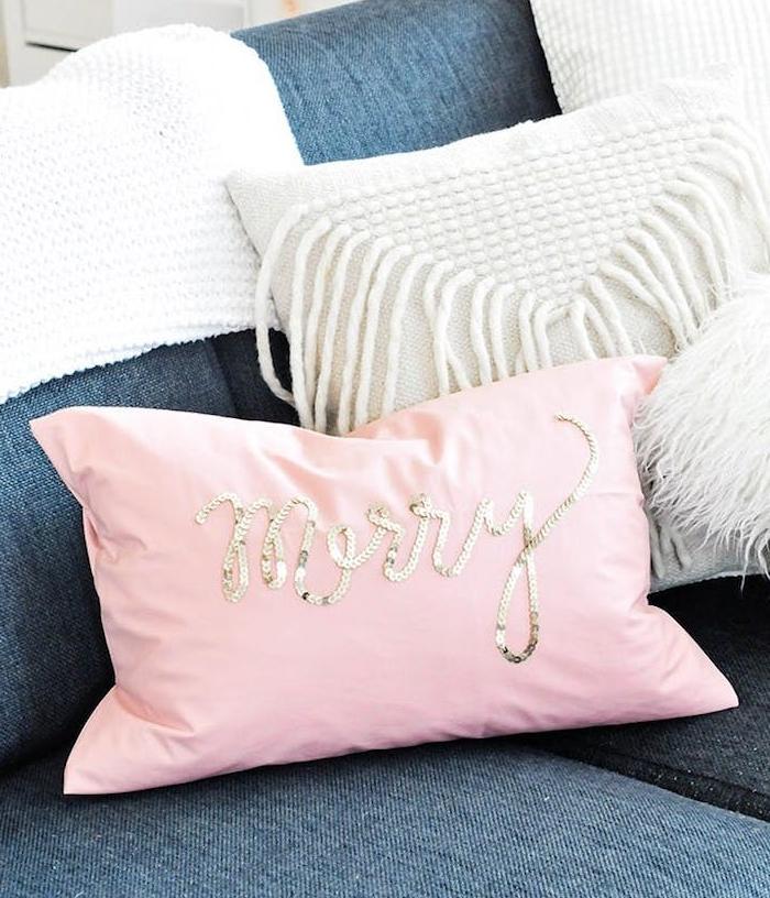 un coussin décoratif rose avec des paillettes dorées sur un canapé gris anthracite, cadeau de noel pour femme