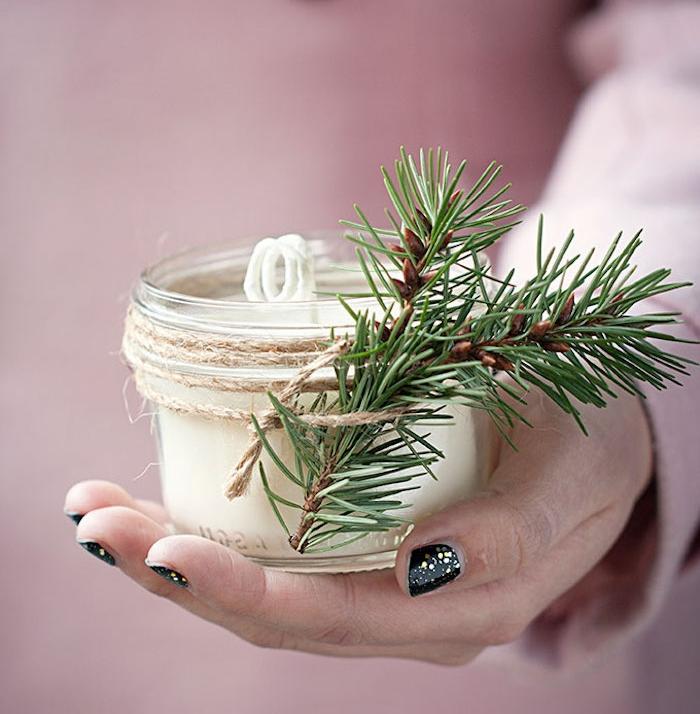 cadeau de noel pour femme, pot en verre avec de la cire a l interieur, ficelle et branches de pin