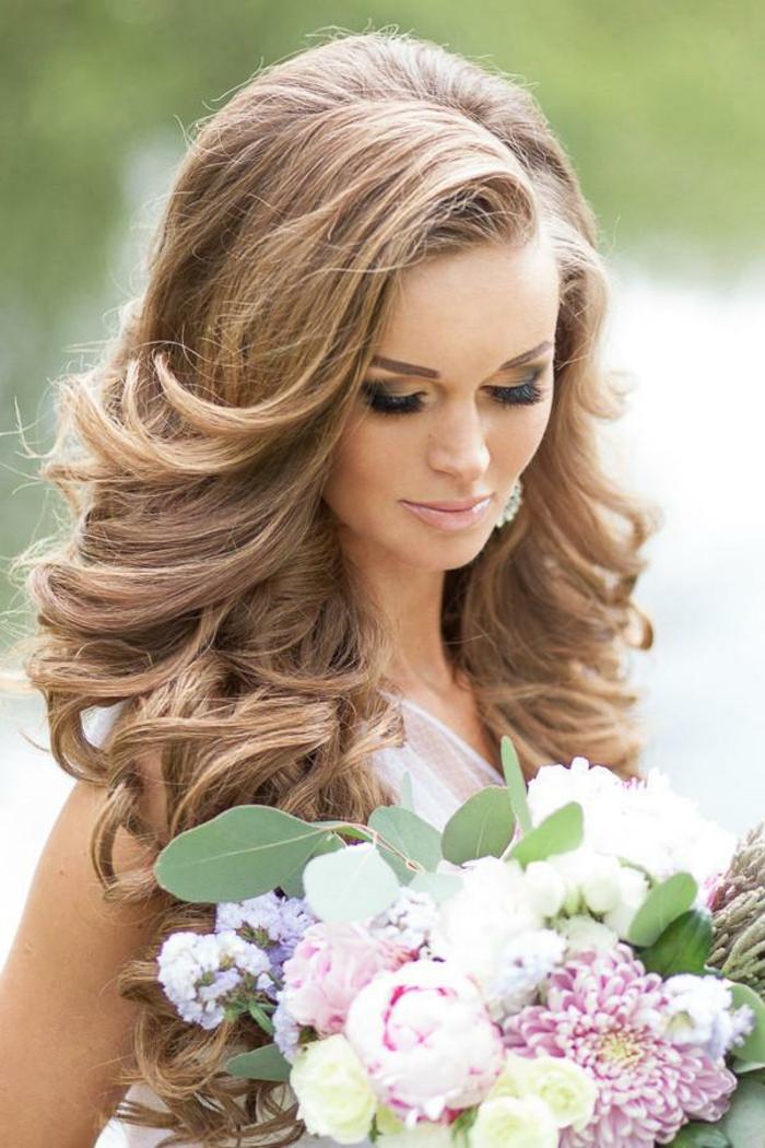 Coiffure mariage cheveux long bouclés coiffure mariage bouclé sur le coté