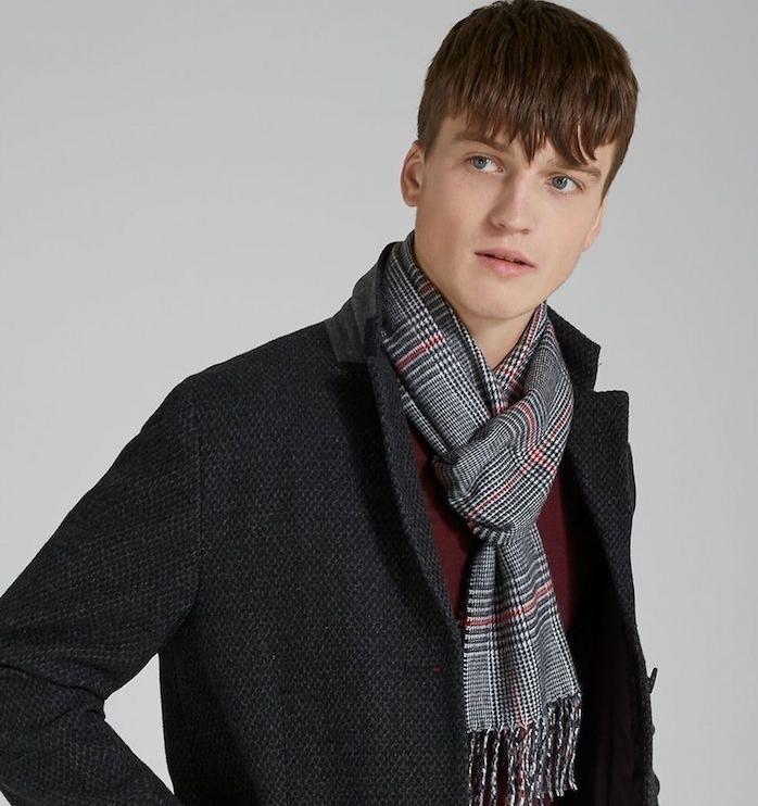 une écharpe homme à rayures noires, blanches et rouges, idée de cadeau de noel ado garcon stylé