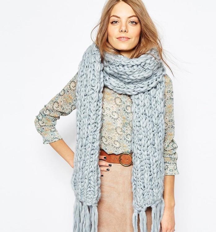 une écharpe longue tricot à grosses mailles, jupe et chemine coloré, look stylé, idée cadeau noel ado fille
