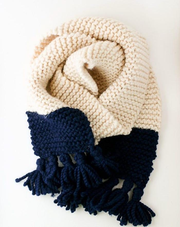 echarpe tricot en blanc et bleu marine, cadeau de noel pour femme classique, suggestion simple et chic